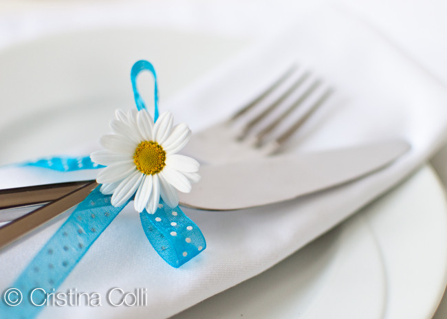 white and turquoise napkin ring with daisy